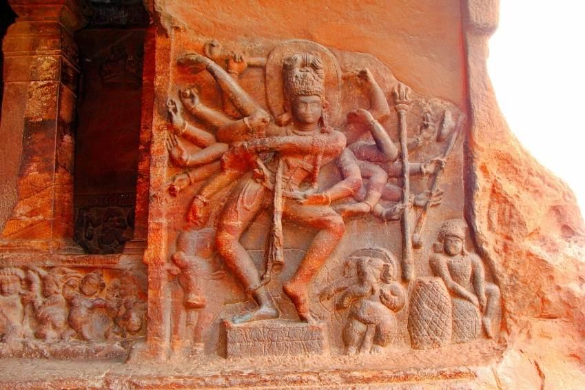 Eine Skulptur aus rotem Sandstein in Badami.