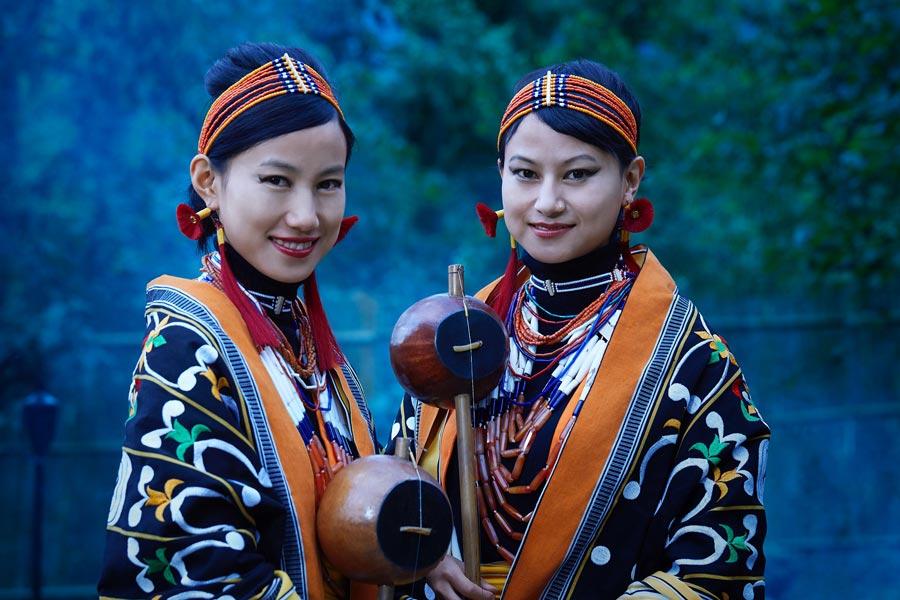 Traditionelle Damen aus einem Naga Stamm